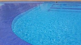 Vue ? une piscine d'eau transparente et fond bleu avec les rayures bleu-fonc? image libre de droits