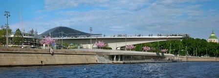 Vue à Zaryadyepark et le pont de flottement avec des touristes et t Photographie stock libre de droits