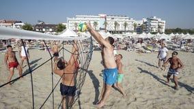 Vue élevée d'un groupe de jeunes mélangés jouant le volleyball sur la plage Images libres de droits