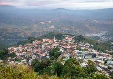 Vue élevée de la petite ville de Zaruma Images stock