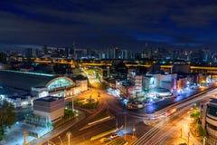 Vue élevée de ville avec la voiture du trafic dans la nuit Image libre de droits