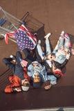 Vue élevée des adolescents ayant l'amusement et se situant avec le drapeau américain dans le parc de planche à roulettes Image libre de droits