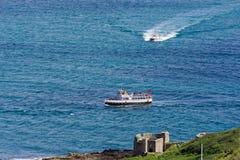 Vue élevée du littoral des Cornouailles avec des bateaux à voile Photographie stock