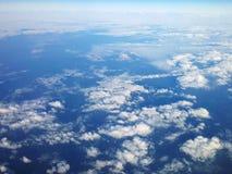 Vue élevée quand au-dessus des nuages photographie stock