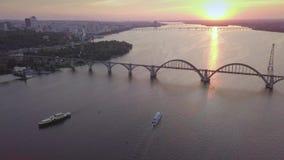 Vue éloignée aérienne de coucher du soleil de la rivière Dnipro, volant au-dessus de la rivière et des bateaux clips vidéos