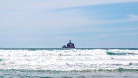 Vue éloignée de phare de Tillamook, Orégon photos libres de droits