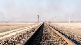 Vue éloignée des rails de fer pour le train dans la steppe banque de vidéos