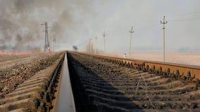 Vue éloignée des rails de fer pour des trains au milieu de la steppe, vue inférieure banque de vidéos