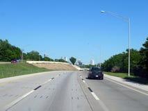 Vue éloignée du centre de Tulsa de la route Photographie stock libre de droits