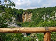 Vue éloignée panoramique sur la grande cascade sur des lacs Plitvice en Croatie La barrière en bois est évidente image libre de droits