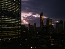 Vue épique d'horizon de World Trade Center et d'Abu Dhabi de WTC sur un coucher du soleil nuageux, EAU photographie stock