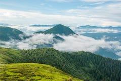 Vue épique de montagne au-dessus de nuage après tempête Photos libres de droits