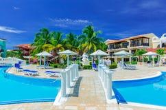Vue étonnante avec du charme des au sol coloniaux d'hôtel, de la belle piscine de invitation et des rétros bâtiments élégants sur Photos stock