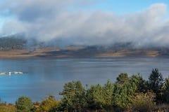Vue étonnante de bas nuages au-dessus de l'eau du réservoir de Batak, Bulgarie Image stock