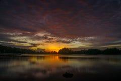 Vue étonnante de coucher du soleil avec le ciel dramatique au lac wetland Images libres de droits