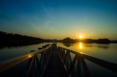 Vue étonnante de coucher du soleil avec le ciel dramatique au parc de lac wetland Photos libres de droits
