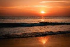 Vue étonnante de coucher du soleil sur la plage Photo libre de droits
