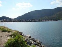 Vue étonnante de l'eau de mer sur l'île d'Andros Image libre de droits
