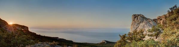 Vue étonnante de la crête de montagne sur les roches, le ciel coloré et la mer le soir Horizontal de montagne au coucher du solei Photographie stock libre de droits