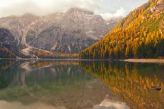 Vue étonnante de lac Braies au jour d'automne Photo stock