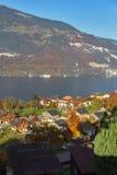 Vue étonnante de lac Thun et de village suisse typique, Suisse Images libres de droits