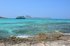 Vue étonnante de lagune de Balos Bateau sur l'horizon crète photographie stock
