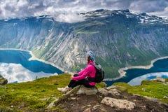 Vue étonnante de nature sur le chemin à Trolltunga Emplacement : Scandina photographie stock libre de droits