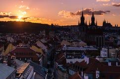 Vue étonnante de paysage urbain de château de Prague et d'église de notre Madame Tyn, République Tchèque pendant le temps de couc photographie stock