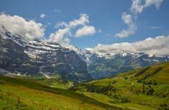 Vue étonnante des Alpes suisses images stock