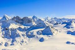 Vue étonnante des moutains célèbres suisses dans la belle neige d'hiver Image libre de droits