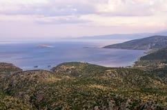 Vue étonnante du haut d'une montagne vers le bas à la mer, près d'Itea, la Grèce Photographie stock libre de droits