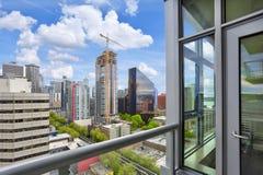 Vue étonnante du paysage urbain de Seattle du balcon d'appartement Photos stock