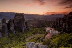 Vue étonnante du site de Meteora en Grèce au coucher du soleil avec un m photo libre de droits
