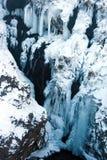 Vue étroite à la cascade de Hraunfossar à l'hiver l'islande Images libres de droits