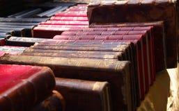 Vue étroite d'une pile des livres antic, marché photographie stock