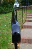 Vue étroite de balustrade de voie. Image libre de droits