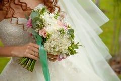 Vue étroite de beau bouquet coloré de mariage dans une main d'a Photo libre de droits