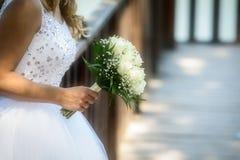 Vue étroite de beau bouquet coloré de mariage dans une main d'a Images libres de droits
