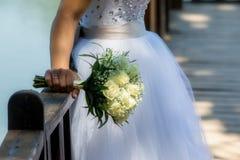 Vue étroite de beau bouquet coloré de mariage dans une main d'a Photo stock