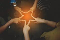 Vue étroite de jeunes amies de personnes avec des piles montrant l'unité et Photos libres de droits