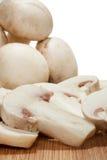 Vue étroite des champignons entiers et coupés en tranches Images stock