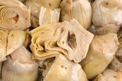 Vue étroite des coeurs d'artichaut marinés image stock
