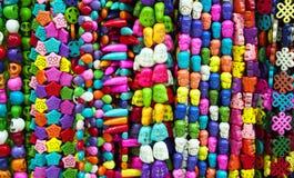 Vue étroite des colliers colorés de perle au marché Photos stock