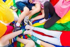 Vue étroite des jambes du ` s d'enfants en cercle Images libres de droits