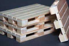 Vue étroite des palettes en bois de pile Structure plate de transport Images libres de droits