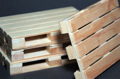 Vue étroite des palettes en bois de pile Structure plate de transport Image stock