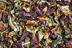 Vue étroite des paprikas rouges et verts secs Images stock
