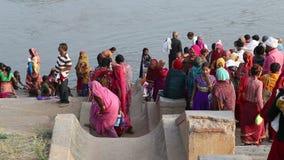 Vue étroite des personnes allant prendre un bain sur la rivière banque de vidéos