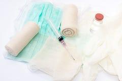 Vue étroite des seringues et des bandages Image libre de droits