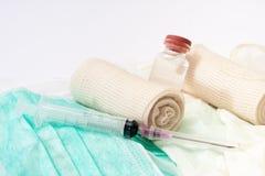 Vue étroite des seringues et des bandages Photographie stock